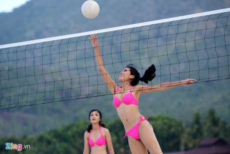 Thi sinh Hoa hau HVVN mac bikini choi bong chuyen - Anh 6