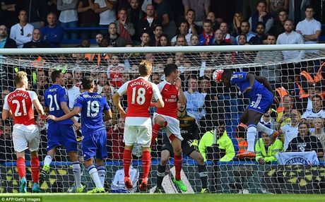 Arsenal guc nga trong tran dai chien voi Chelsea - Anh 10