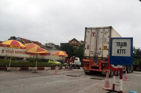 Hang tram xe container xep hang ne tram can - Anh 5