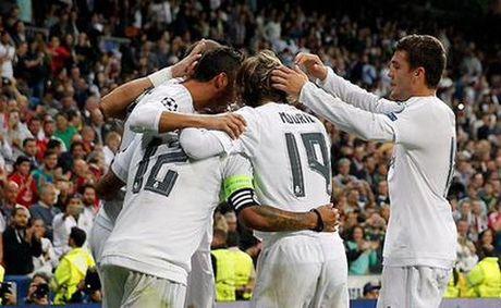 Real Madrid 1–0 Granada: Benzema lap cong, Ronaldo lai tit ngoi, Real thang toi thieu - Anh 1