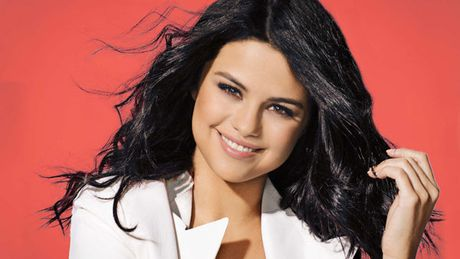 "Selena Gomez khoe vong mot sexy ""dot mat"" canh may rau - Anh 2"