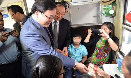 Tan Bi thu Thanh uy 'vi hanh' dau nam, li xi khach di tau - Anh 1