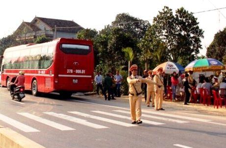 Quang Binh: Phat hon 200 trieu dong xe khach ngay mung 6 Tet vi pham tren QL 1A - Anh 1