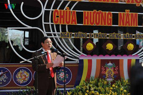 Hang van du khach do ve du le khai hoi chua Huong - Anh 3