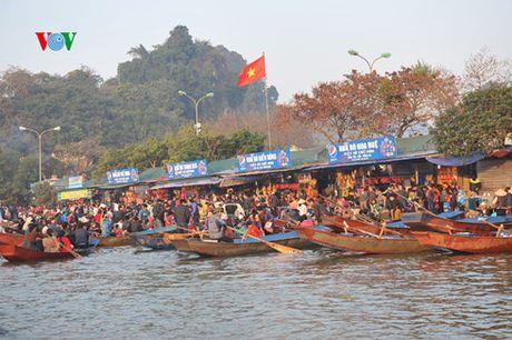 Hang van du khach do ve du le khai hoi chua Huong - Anh 4