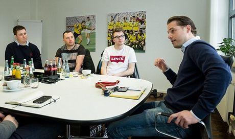 Phong van Lars Ricken, thanh vien BLD Dortmund (Phan 1): CLB luon uu tien phat trien cau thu tre - Anh 1
