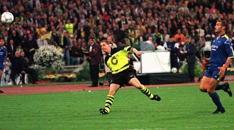 Phong van Lars Ricken, thanh vien BLD Dortmund (Phan 1): CLB luon uu tien phat trien cau thu tre - Anh 2
