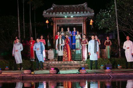 A hau Truong Thi May dep long lay trinh dien ao dai - Anh 5