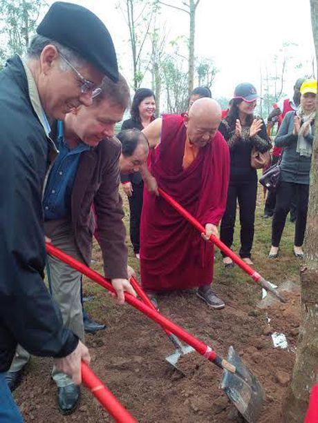 Duc Phap vuong Chetsang Rinpoche trong cay tai Cong vien Hoa Binh - Anh 2