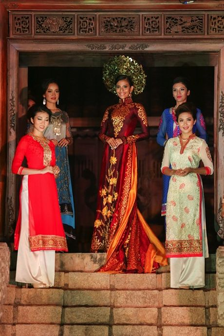 A hau Truong Thi May trinh dien ao dai tung thi Miss Universe - Anh 1
