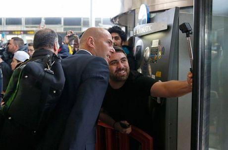 TRUC TIEP Barca - Real Madrid: Zidane va cac hoc tro da den Camp Nou - Anh 7