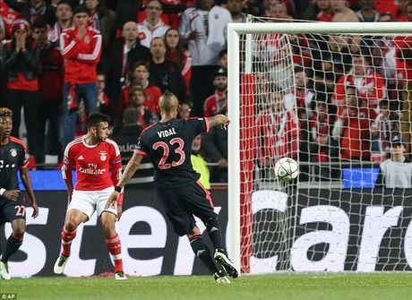 Vuot qua Benfica, Bayern cua Pep Guardiola tiep buoc Man City, Real va Atletico vao ban ket - Anh 3
