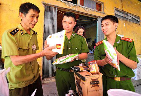 Ha Noi: Thu giu gan 1 tan bot chien gion khong ro nguon goc - Anh 1