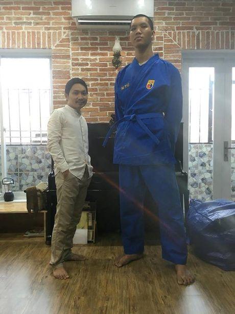 Dong doi Vovinam vat va mac ao dau cho 'nguoi khong lo' 2m15 - Anh 1