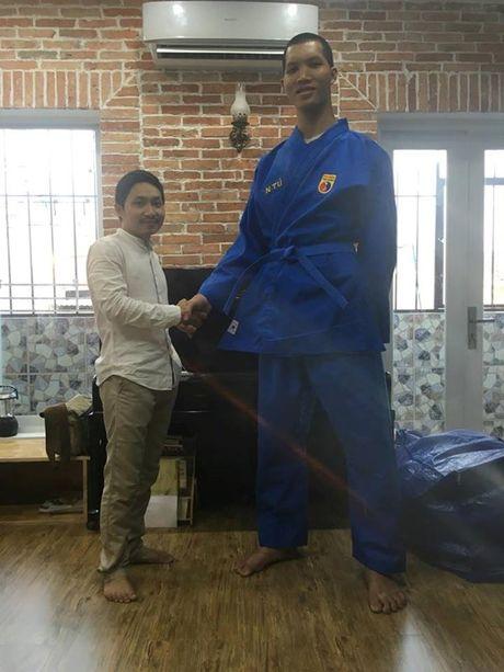 Dong doi Vovinam vat va mac ao dau cho 'nguoi khong lo' 2m15 - Anh 5