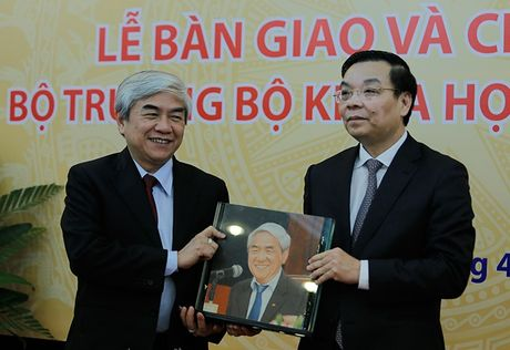 Ban giao cong tac va chuc mung Bo truong Bo Khoa hoc va Cong nghe Chu Ngoc Anh - Anh 4