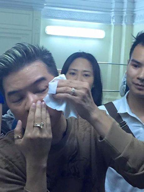 Dam Vinh Hung gap su co 'do mau' tren san khau - Anh 2