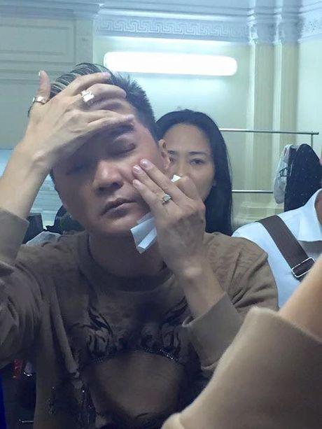 Dam Vinh Hung gap su co 'do mau' tren san khau - Anh 3
