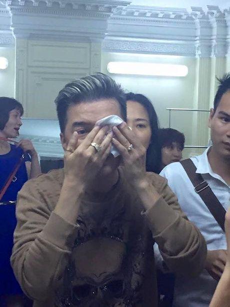 Dam Vinh Hung gap su co 'do mau' tren san khau - Anh 4