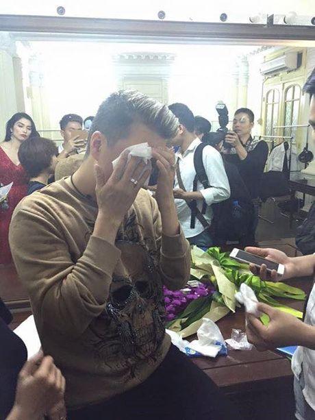Dam Vinh Hung gap su co 'do mau' tren san khau - Anh 5