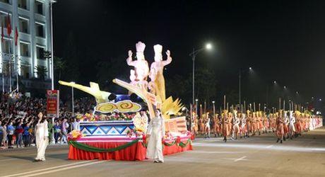 Hang nghin nguoi do ve Viet Tri du Le hoi van hoa dan gian duong pho - Anh 1