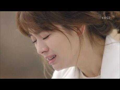 Hau due mat troi tap 15: Song Hye Kyo, Kim Ji Won khoc het nuoc mat khi hay tin ban trai hy sinh - Anh 11