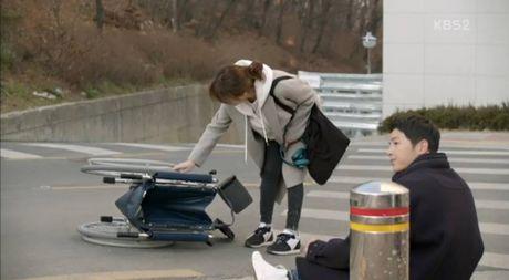 Hau due mat troi tap 15: Song Hye Kyo, Kim Ji Won khoc het nuoc mat khi hay tin ban trai hy sinh - Anh 4
