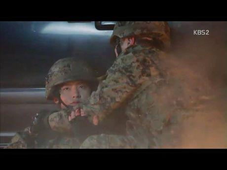 Hau due mat troi tap 15: Song Hye Kyo, Kim Ji Won khoc het nuoc mat khi hay tin ban trai hy sinh - Anh 9