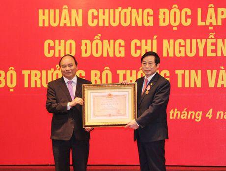 Trao tang Huan chuong Doc lap hang Nhi cho nguyen Bo truong Bo TT&TT Nguyen Bac Son - Anh 1