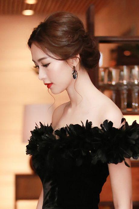 Hoa hau Dang Thu Thao bi nghi mac vay nhai - Anh 2