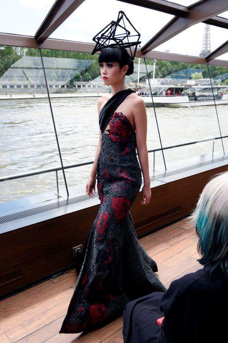 Man nhan voi show dien thoi trang cao cap tren song Seine - Anh 12