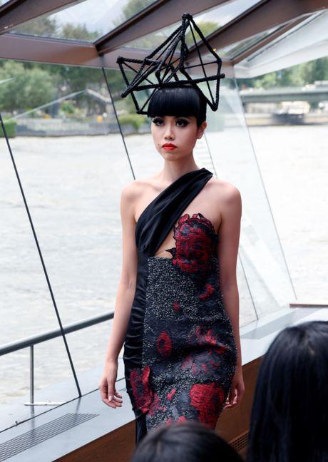 Man nhan voi show dien thoi trang cao cap tren song Seine - Anh 5