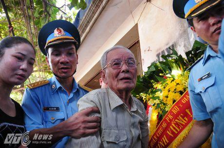 Nguoi than, dong doi don phi cong Tran Quang Khai tro ve que nha - Anh 10