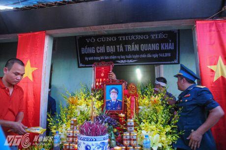 Nguoi than, dong doi don phi cong Tran Quang Khai tro ve que nha - Anh 14