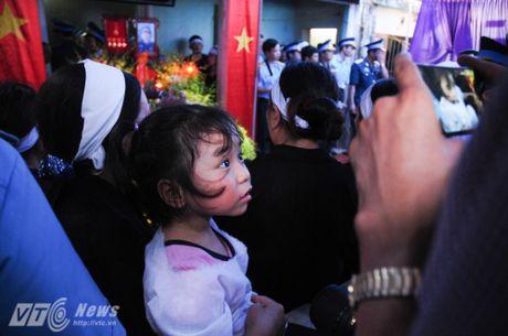 Nguoi than, dong doi don phi cong Tran Quang Khai tro ve que nha - Anh 15