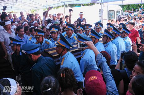 Nguoi than, dong doi don phi cong Tran Quang Khai tro ve que nha - Anh 9