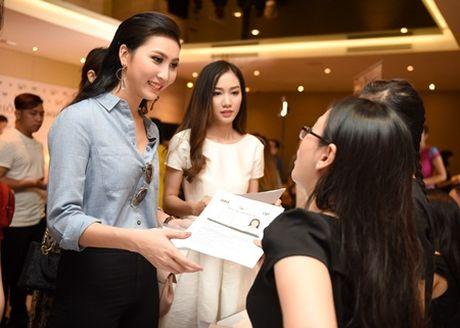 Hai chi em sinh doi ru nhau casting Hoa hau ban sac Viet toan cau - Anh 2