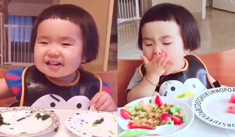 Video co be lien tuc dut thuc an vao mieng gay tranh cai - Anh 1
