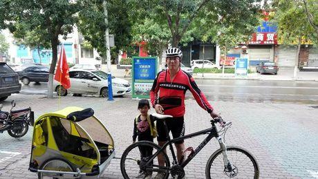 Ong bo cung con gai 5 tuoi dap xe vong quanh Trung Quoc - Anh 2