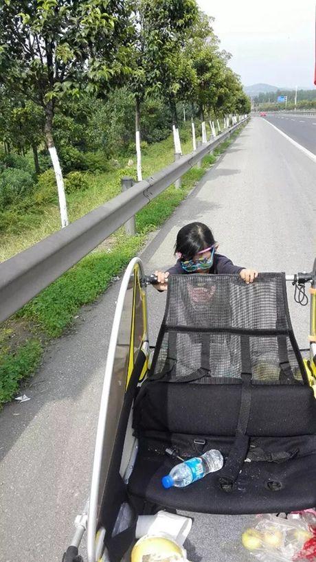 Ong bo cung con gai 5 tuoi dap xe vong quanh Trung Quoc - Anh 3