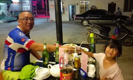 Ong bo cung con gai 5 tuoi dap xe vong quanh Trung Quoc - Anh 5