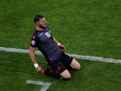 Nguoi hung Albania thon thuc noi ve ban thang lich su - Anh 1