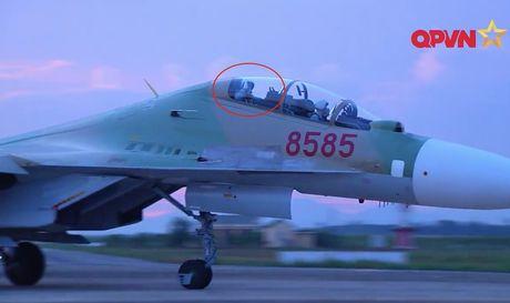 Phi cong Khai va cai vay tay tu buong lai Su-30 - Anh 1