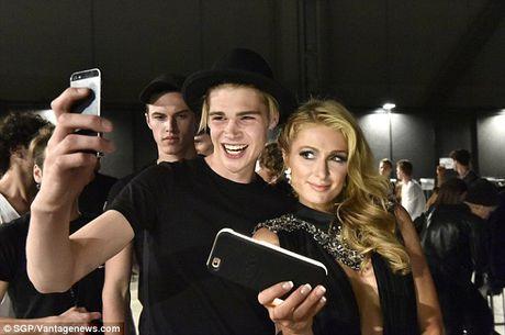 Paris Hilton dien vay xe cao khoet sau di xem thoi trang - Anh 1