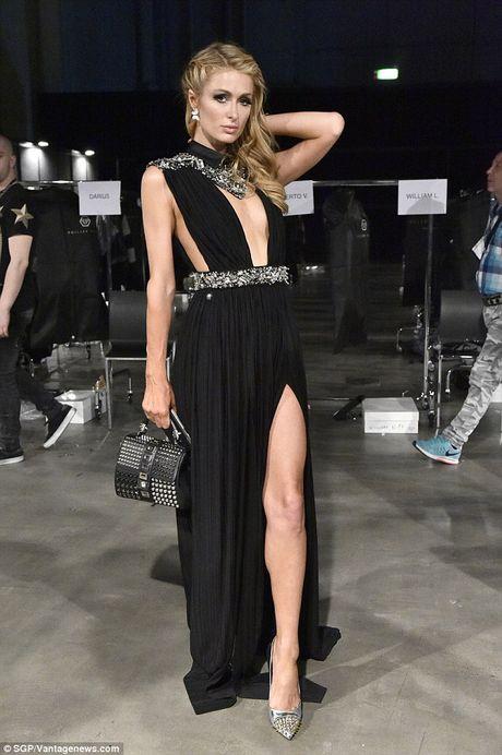 Paris Hilton dien vay xe cao khoet sau di xem thoi trang - Anh 2