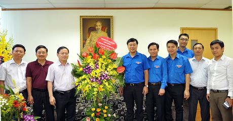 Bi thu thu nhat T.U Doan chuc mung bao Tien Phong - Anh 1