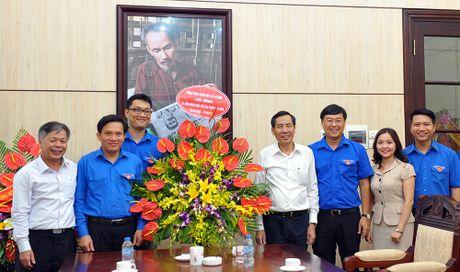 Bi thu thu nhat T.U Doan chuc mung bao Tien Phong - Anh 4