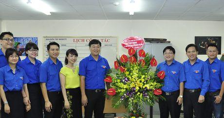 Bi thu thu nhat T.U Doan chuc mung bao Tien Phong - Anh 5