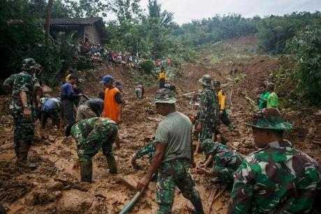 Indonesia: Gan 50 nguoi chet do sat lo dat va lu quet - Anh 1