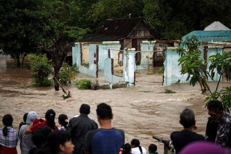 Indonesia: Gan 50 nguoi chet do sat lo dat va lu quet - Anh 2